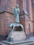 """Ernst Barlach: """"Geistkämpfer"""" an der  St.-Nikolaikirche in Kiel, Quelle Wikipedia."""