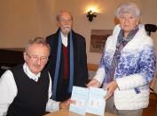 """Erhard Spank (links) stellt sein Buch """"Die schwarze Mittagsfrau"""" beim Hoyerswerdaer Kunstverein vor."""