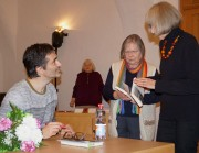 Nicol Ljubić signiert seine Bücher nach einer Lesung beim Hoyerswerdaer Kunstverein, 2017.