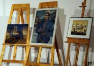 """Das Blau von Kurt Klinkert in den Bildern """" Baustelle Centrum Warenhaus"""" und """"Meister im Gaskombinat"""", v.l. Ganz rechts einfarbiger Linolschnitt """"Malzirkel im Gelände""""."""