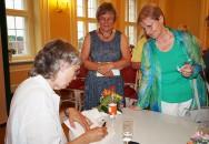 """Ulla Lachauer signiert ihr Buch """"Von Bienen und Menschen"""" beim Hoyerswerdaer Kunstverein"""