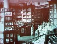 Im Kaufhaus von Kunst & Albers 1930 in Wladiwostok
