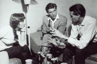 """Gespräch in der Wohnung von B. Reimann und S. Pitschmann mit dem Dramaturgen des Hösrspiels """"Sieben Scheffel Salz"""", Gerhard Rentzsch (Mitte)."""