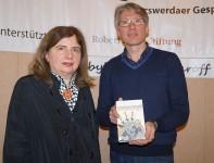 Sibylle Lewitscharoff mit Mirko Schwanitz, der die Reihe Grenzgänge (R) moderiert. Die Schriftstellerin illustriert die Cover ihrer Bücher meistens selbst.