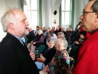 Pfarrer Peter Paul Gregor (links) vor dem Vortrag im Schlosssaal im Gespräch mit Günter Mazanek. Der Abend war ein fesselnder Streifzug durch theologische Deutungen von Gut und Böse. Was sich daraus ableitet, muss jeder für sich selbst finden.