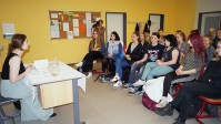 Olga Grjasnowa liest vor Schülern einer 10. Klasse am Leon-Foucault-Gymnasium in Hoyerswerda, 2018