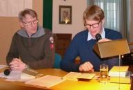 Kolja Mensing, rechts, liest beim Hoyerswerdaer Kunstverein, Mirko Schwanitz moderiert die Lesung