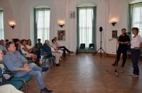 Angela Bachmann und Kerstin Noack verabschieden die Teilnehmer im Schloss Hoyerserda