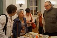 Uwe Jordan, rechts, stellt seit Literatur aus aller Herren Länder beim Hoyerswerdaer Kunstverein vor.
