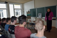 Dr. Irmtraud Gutschke liest vor Schülern am Lessing-Gymnasium
