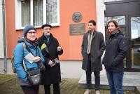 Vor dem ehemaligen Wohnhaus von Brigitte Reimann und Siegfried Pitschmann in Hoyerswerda, v.l. Fernande Stein, Martin Schmidt, Viktor Hoffmann, Birte Pietsch.