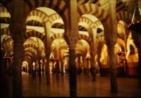 Maurische Rundbögen und Gewölbe der Mesquita-Catedral in Corduba
