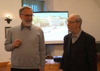 Erich Busse und der Vorsitzende des Hoyerswerdaer Kunstvereins bei einem Vortrag in Hoyerswerda, 2018