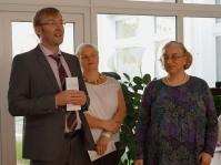 Gundula Sell, rechts, Dipl. med. Michaela Stöckel, Chefärztin Geriatrie,  und Jörg Scharfenberg, Geschäftsführer im Seenland Klinikum, eröffnen die Ausstellung