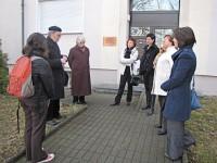 Martin Schmidt, Helene Schmidt und Angela Potowski, Mi. v.l. bei einem Reimannspaziergang am ehemaligen Wohnhaus der Schriftstellerin