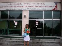 Kira vor ihrer Universität in Seoul