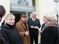 Horst-Dieter Brähmig (2. v. rechts) mit Sewan Latschinian zur Einweihung der Brigitte-Reimann-Begegnungsstätte in Hoyerswerda am 16.03.2006. Rechts Margitta Faßl.