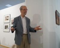 Martin Schmidt, der Vorsitzende des Hoyerswerdaer Kunstvereins, begrüßt die Gäste.