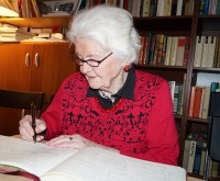 Irmgard Weinhofen beim Eintrag ins Gästebuch