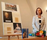 Birka Siwczyk. Auf einer Übersichtstafel sind Lessing und Eva Catharina König zu sehen und von beiden Handschriften.
