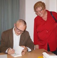 """Für seine ehemalige Deutschlehrerin, Gisela Werner, signiert Dr. Bodo Scholz sein Buch """"Mein Jakobsweg durch Israel"""""""