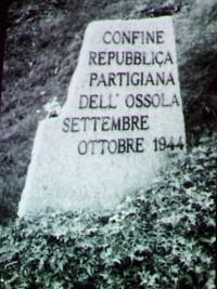 Einer der Gedenksteine, die an die vergessene Partisanenrepublik Ossola erinnern.