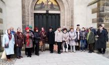 Vor der Thesentür an der Schlosskirche in Wittenberg