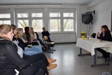 Sibylle Lewitscharoff vor Schülern des Hoyerswerdaer Foucault-Gymnasiums