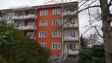 Ehemaliges Wohnhaus von Brigitte Reimannn und Siegfried Pitschmann in Hoyerswerda, Liselotte-Herrmann-Straße 20. Die Wohnung befindet sich in der 4. Etage, oben rechts. Zur Zeit von Brigitte Reimann gab es den Balkon noch nicht.