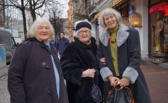 """Irmgard Weinhofen, Bildmitte, die langjährige Freundin von Brigitte Reimann. Die Briefe von beiden sind in dem Buch """"Grüß Amsterdam"""" veröffentlicht."""