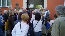 Reimann-Spaziergang mit Reisegruppe aus Potsdam am ehemaligen Wohnhaus von Brigitte Reimann und Siegfried Pitschmann in Hoyerswerda