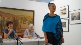 Kirstin Zinke, Leiterin des Museums, hatte begrüßte die Gäste mit Charme, kühlen Getränken und einem Fächer für jeden, die Juliane Wünsche kunstvoll  gestaltet hatte.