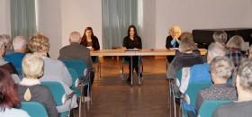 """Karin Düwel, Ines Burdow und Nicole Janze lesen """"Eifersucht"""" von Esther Vilar. Das Publikum war von der Art des Vortrags begeistert."""
