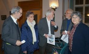Professor Dr. Gerhard Glaser, Bildmitte,  in Hoyerswerda im Gespräch mit Beteiligten an der Sanierung des Hoyerswerdaer Schlosses in den 90er Jahren, von links: Martin Schmidt, Renate Großmann, Peter und Hella Biernath.