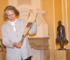 Ingrid Tempel zeigt die akribisch gesammelten Pressemitteilungen zu Albert Schweitzer vor Woyskis Bronzestatue. Diese Exemplar ist Eigentum des Museums Hoyerswerda. Eine gleiche Ausführung dieser Skulpturen wurde bei Schließung der Förderschule in Hoyerswerda gestohlen.