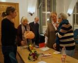 Gespräch mit Sonja Maaß (links) bei dem Signieren der Bücher