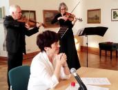 Angela Potowski lauscht dem Spiel des Violinisten Malte Hübner (Rostock) und der Viola-Virtuosin Waltraud Elvers (Berlin).