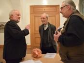 Pfarrer Peter Paul Gregor im Gespräch mit Martin Schmidt und Uwe Jordan, von links.