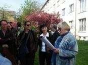 Helene Schmidt und Angela Potowski lesen an einem Reimann-Spaziergang 2008, mit Gästen aus Groningen