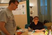 Ein von Jaroslav Rudiš begeisterter Leser (links), der zur Zeit in Wales lebt, hatte alle Bücher zum Signieren mitgebracht, die von Rudiš bisher erschienen sind.