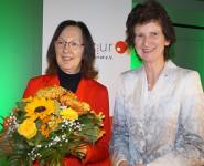 Róža Domašcyna (links) erhielt 2018 den Sächsischen Literaturpreis, überreicht von der damaligen Ministerin für Wissenschaft und Kunst, Eva-Maria Stange.