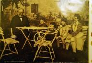 Albert Schweitzer mit Ehefrau, Tochter und den Enkelkindern