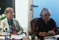 Heidrun Dietrich und Helene Schmidt lesen im Rahmen des Projektes Boulevard-Altstadt in Hoyerswerda, von links.