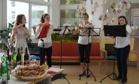 Der Flötenkreis der Musikschule Hoyerswerda unter Leitung von Thea Hanspach begleitet die Vernissage zur Ausstellung von Klaus Drechsler