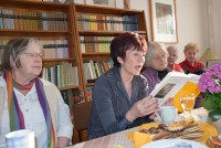 Angela Potowski und Helene Schmidt (Bildmitte) lesen Texte von Reiner Kunze in der Reimann-Begegnungsstätte Hoyerswerda