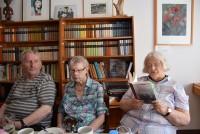 Helene Schmidt, rechts, liest aus dem Briefwechsel zwischen den Autoren Brigitte Reimann und Wolfgang Schreyer