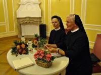 Schwester Magdalena beim Entsaften