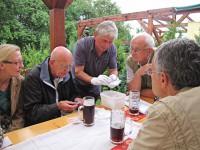 Manfred Kegel zeigt seine archäologischen Fundstücke