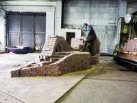 Der Bildhauer Thomas Reimann bei den Vorbereitungen für das Reimann-Denkzeichen in den Ziegelwerken Lichterfeld