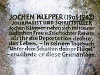 Gedenkstein im Jochen-Klepper-Park in Höhe der Gurlittstraße an der Sembritzkystraße in Berlin-Südende